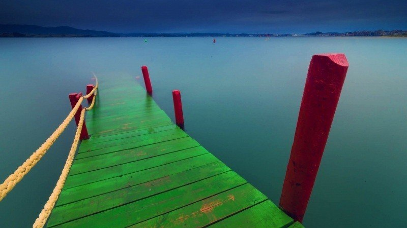 fond d'écran photo paysage ponton coloré en vert et rouge plongeant dans lac wallpaper HD bureau PC Windows Mac Os smartphone tablette