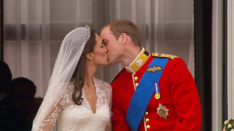 photo William Kate Royal Wedding the kiss